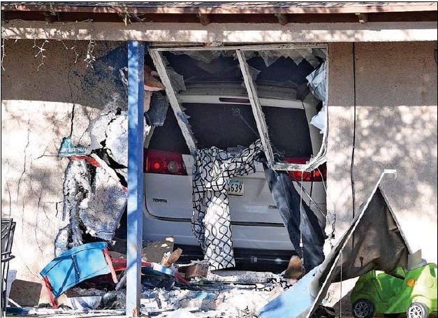 Padre se distrae con hijos y acaba estrellándose contra una casa