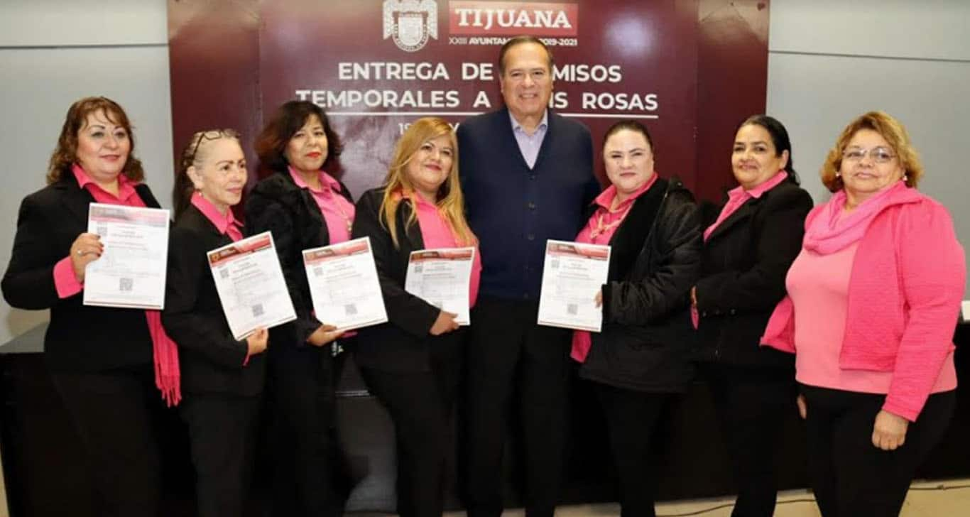 Arturo González entrega quince permisos provisionales de Taxis Rosas