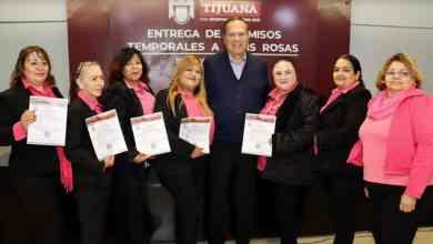 Photo of Arturo González entrega quince permisos provisionales de Taxis Rosas