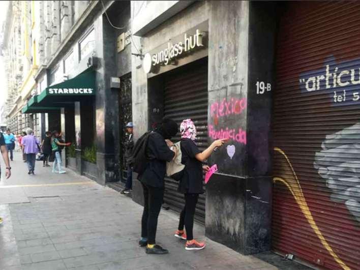Derriban vallas e incendian puertas en Ciudad de México