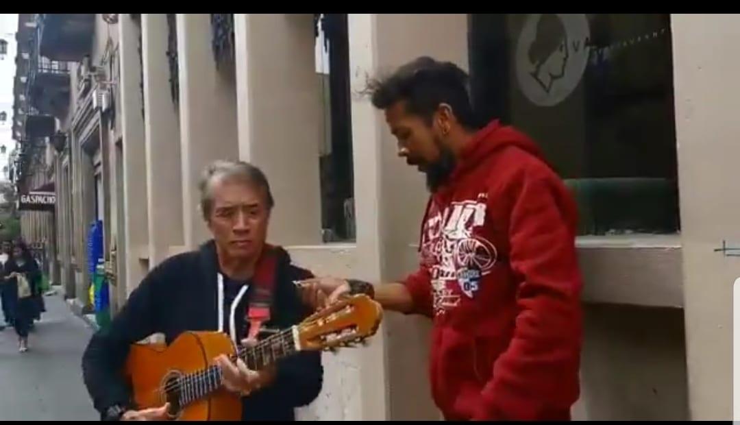 El gran gesto de Napoleón con un cantante callejero