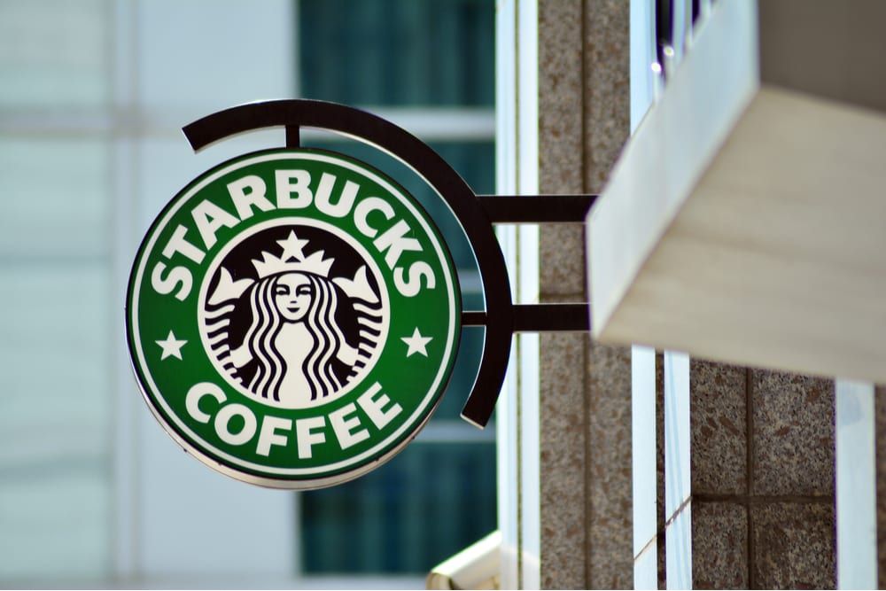 En EU y Canadá, Starbucks apoyará a empleados por Covid-19