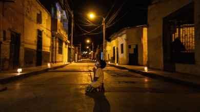 Photo of Impactante foto viral de niño que reza arrodillado en la calle