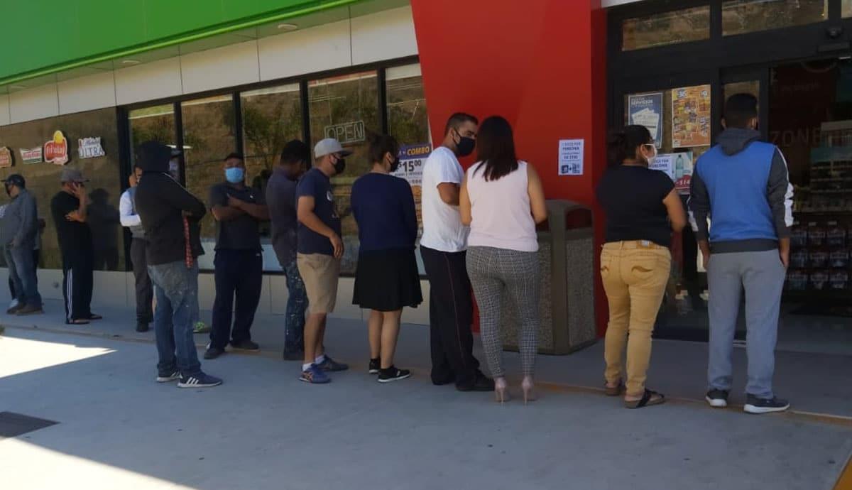Se aglomeran en tienda de autoservicios en Tijuana