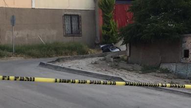 Photo of Arrojan cadáver desde un auto en movimiento