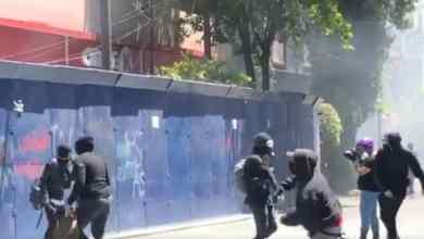 Photo of VIDEO: Destrozos, bombas y piedras en Embajada de EU en México