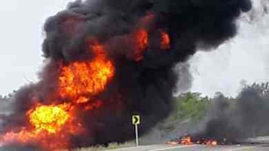Photo of VIDEO: Vuelca camión con gasolina, van a robar y mueren en explosión