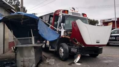 camion-de-personal-se-impacta-contra-puesto-de-birria