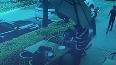 VIDEO-Lo-intentan-asaltar-en-restaurante-y-repele-agresión