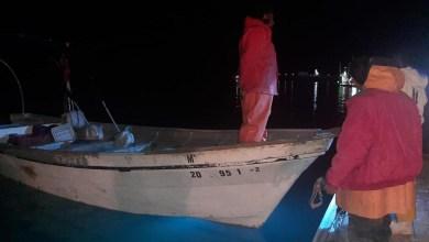Rescatan-a-tres-personas-a-bordo-de-embarcación-a-la-deriva