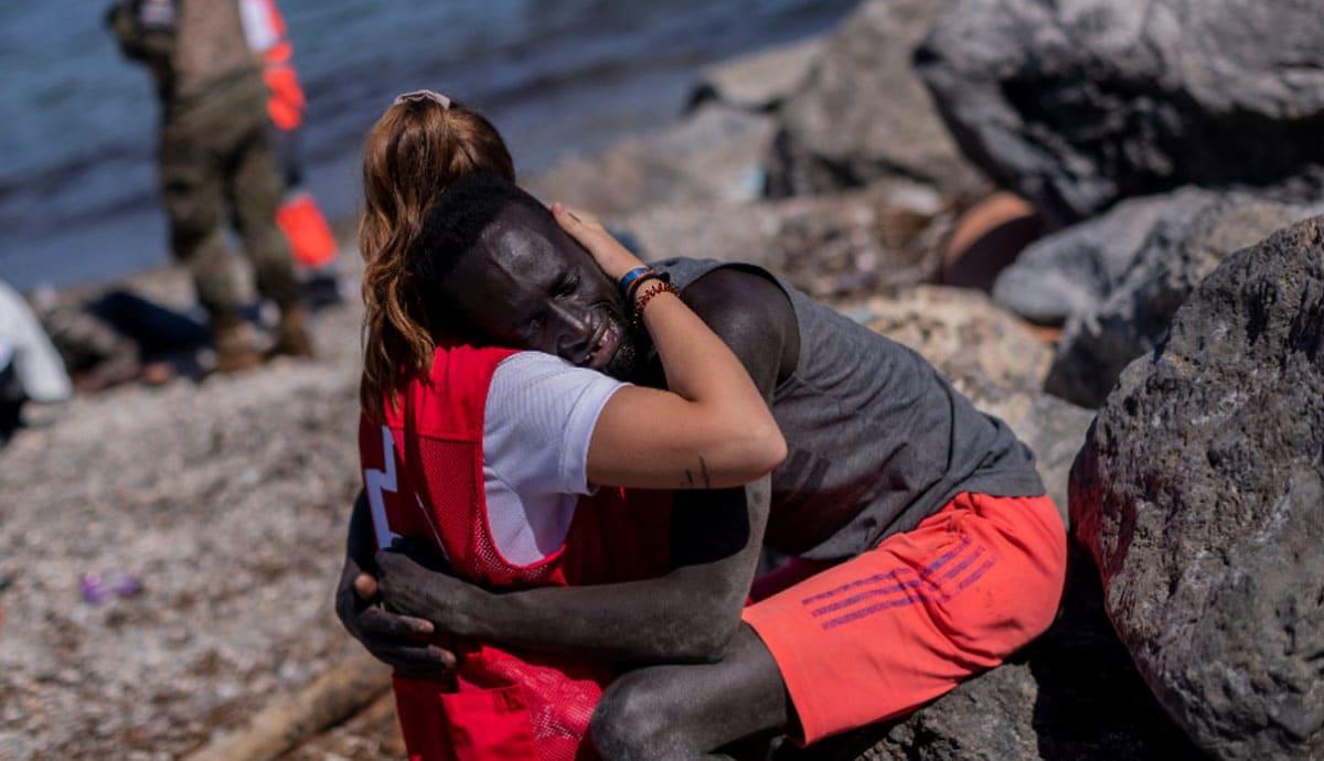 Voluntaria-de-Cruz-Roja-consuela-a-migrante