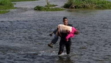 FOTOS-Migrante-carga-a-abuelita-para-cruzar-el-Río-Bravo
