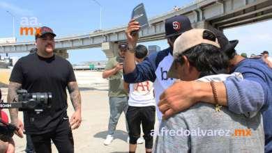 Andy-Ruiz-visita-a-habitantes-de-canalización-del-Río-Tijuana