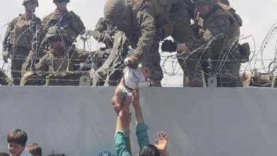 Papá-se-reúne-con-su-bebé-tras-entregarlo-a-soldados-de-EU