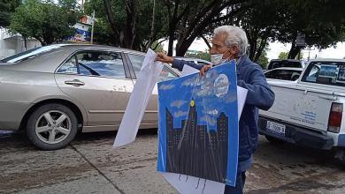 abuelito vende pinturas de sus nietas