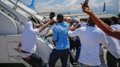 Haitianos-se-enfrentan-autoridades-al-llegar-su-pais