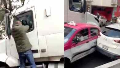 VIDEO-Tráiler-choca-y-arrastra-autos-taxista-queda-atrapado