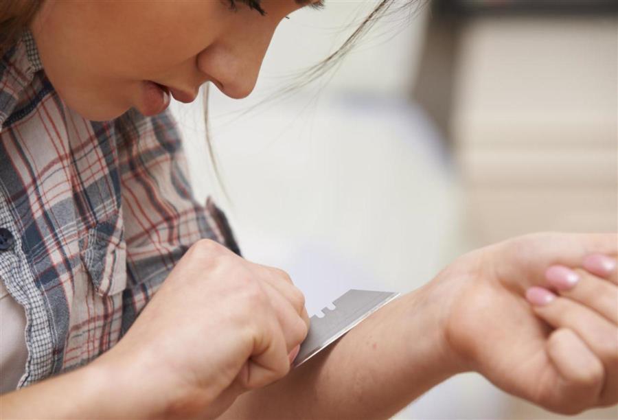 لماذا يلجأ المراهقون إلى قطع وجرح أنفسهم الجمالنت