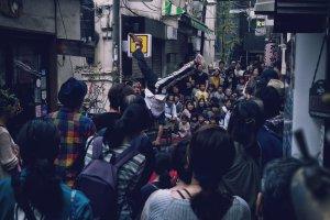 アルジェントさーかすの三茶de大道芸でのワンシーン!狭い路地で人ごみの中逆立ちをしているシーン