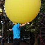 多摩動物公園での大道芸イベント 入口前で行われるショーは、動物園の楽しみ方の1つです。