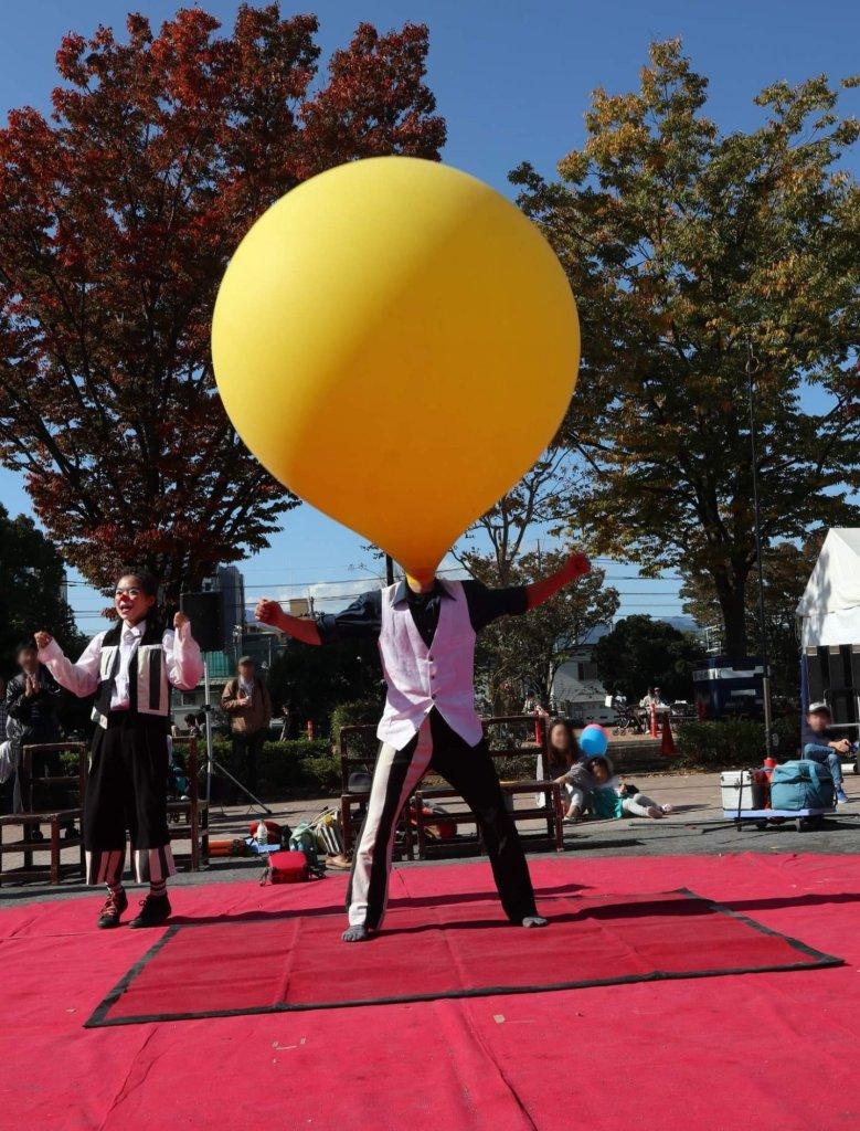 あつぎ国際大道芸で風船に入る大道芸人GEN(ジェン)アルジェントさーかすによる大道芸パフォーマンス