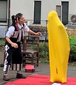 風船人間となった大道芸人