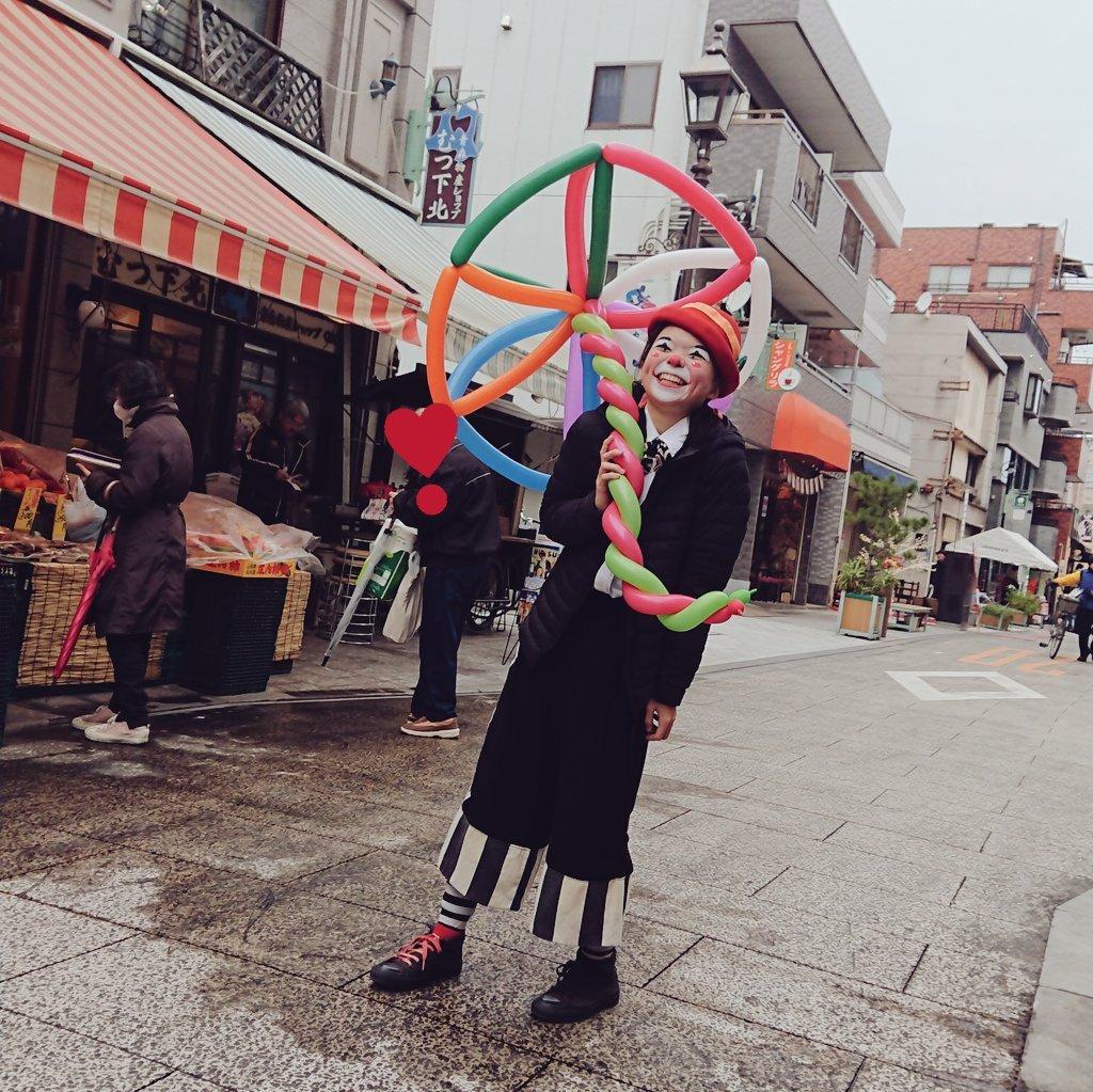 風船で傘をさすアルくん