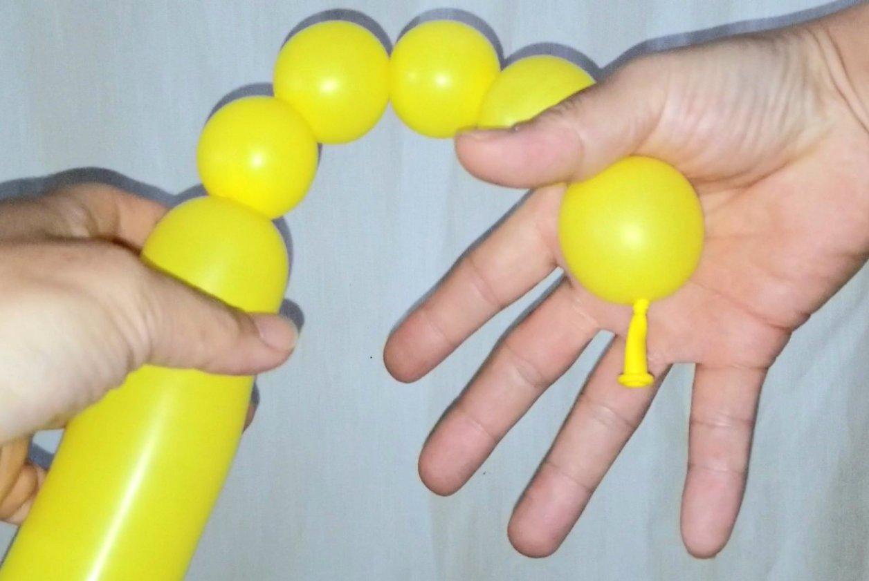 バルーンアートで風船がほどけないようにするためのコツ!端っこを指で挟む。