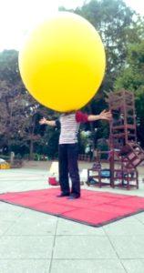 上野公園五条天神で風船を被るGEN(ジェン)