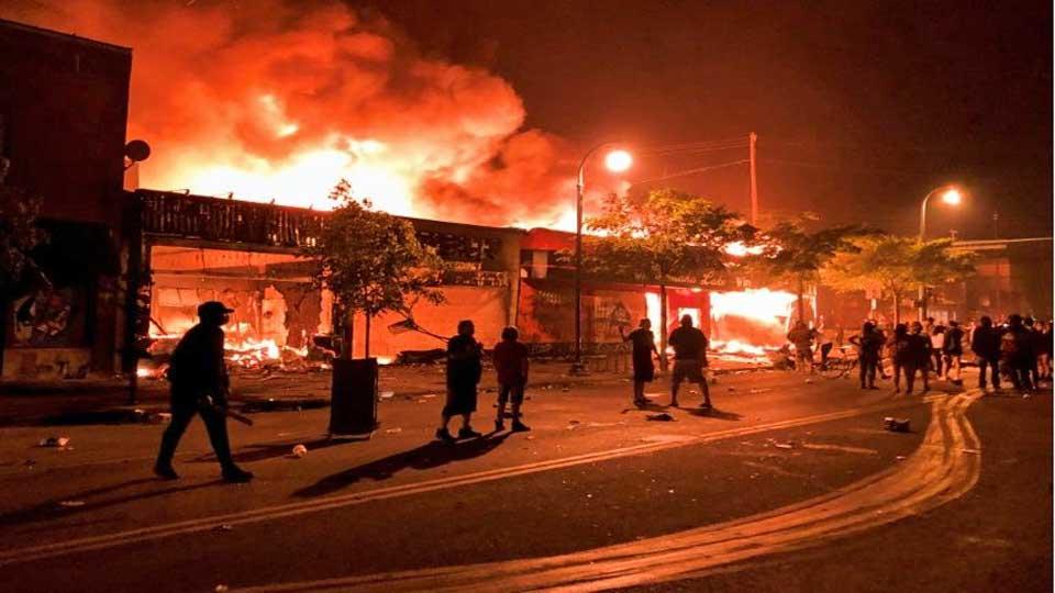 Minneapolis: un commissariat incendié après la mort d'un homme noir suite à l'intervention de la police