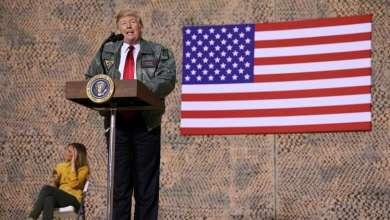 """ترامب يلقي كلمة خلال زيارة غير معلنة إلى قاعدة """"عين الأسد"""" الجوية في العراق-(رويترز)"""