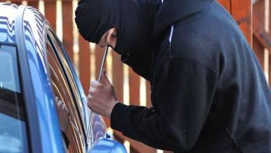 Photo of القبض على شخصين ارتكبا 18 سرقة مركبات ومحلات في عمان