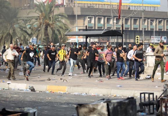 من الاحتجاجات الواسعة التي تشهدها العاصمة العراقية بغداد منذ ثلاثة أيام -أ ف ب)