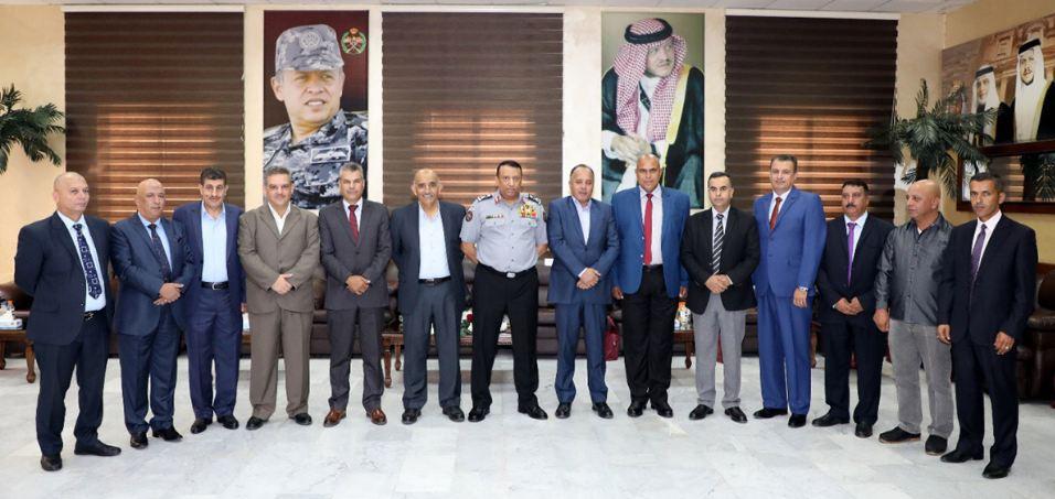 المدير العام لقوات الدرك اللواء الركن حسين الحواتمة يكرم عددا من متقاعدي الدرك (بترا)