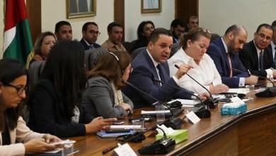 وزير التخطيط الدكتور محمد العسعس يتحدث في مؤتمر صحفي اليوم - من المصدر