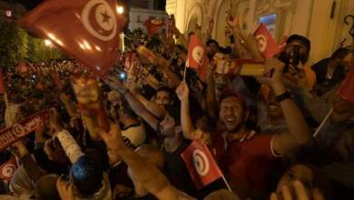 Photo of الآلاف يحتفلون في شوارع تونس بعد إعلان نتائج استطلاعات الرأي فوز قيس سعيد