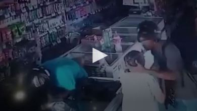 "Photo of لص يقبّل رأس عجوز أثناء السرقة: ""احتفظي بهدوئك لا أريد مالك"" – فيديو"