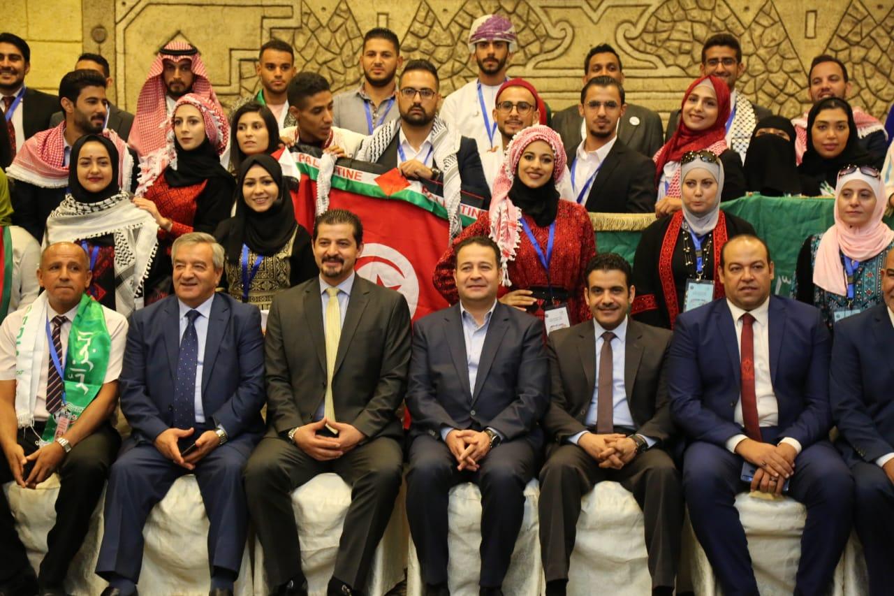 أبو رمان يتوسط شباب يمثلون 11 دولة عربية مشاركة في اللقاء - من المصدر