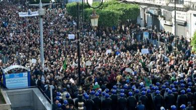 آلاف المتظاهرين يحتشدون في العاصمة الجزائرية رفضا للانتخابات (أ ف ب)