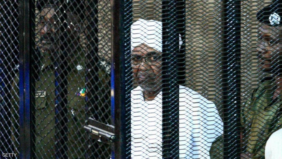 الرئيس السوداني المعزول عمر البشير في المحكمة