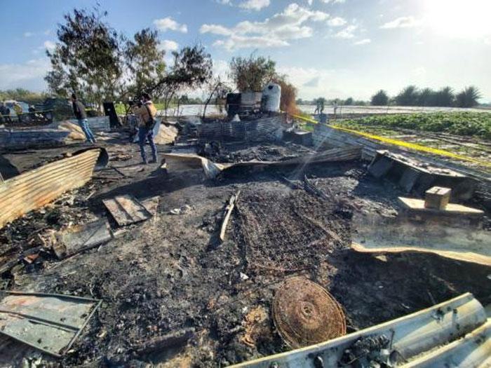 بقايا السكن الذي احترق فيه الباكستانيون