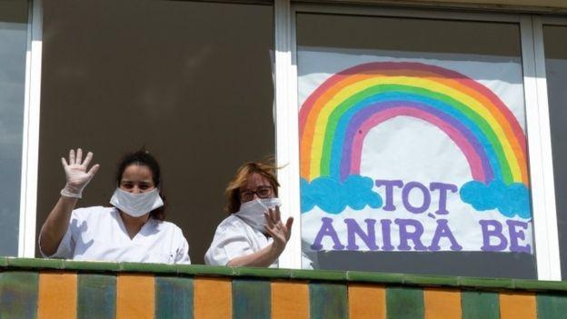 أصبح التصفيق طريقة شائعة لتحية العاملين في مجال الرعاية الصحية الذين يحاربون الوباء