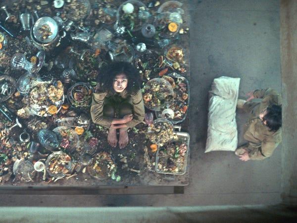 مشهد من فيلم المنصة الذي يعرض على نتفلكس