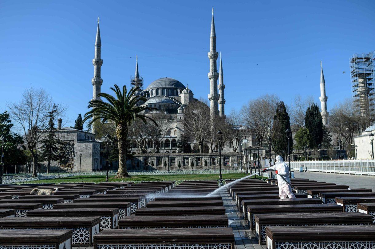 جانب من عملية تعقيم مدينة اسطنبول وشوارعها من الفيروس