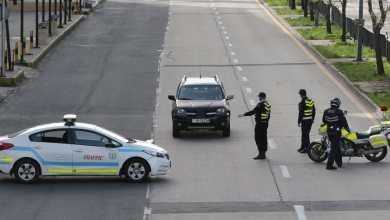 دورية أمن تتأكد حمل سائقي المركبات تصاريح تخولهم المرور في ظل حظر التجول - تصوير: أمجد الطويل