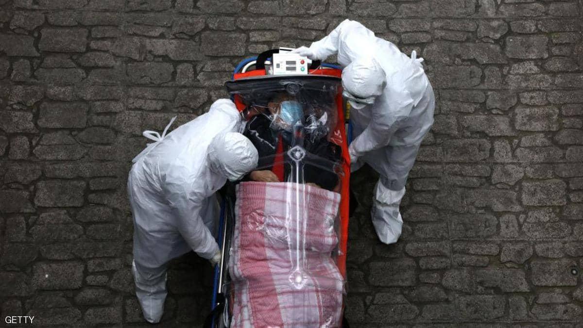 اطباء يخلون مصابا بفيروس كورونا في امير