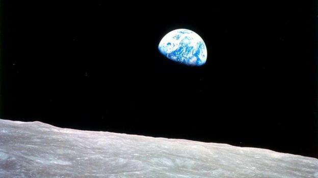 """ساعدت الصورة الشهيرة المعروفة باسم """"شروق الأرض""""، التي التقطها رواد فضاء مهمة أبولو، على إشاعة شعور بالرعب والرهبة، نظرا لأنها جعلتنا ندرك موقع الإنسان في هذا الكون الفسيح"""