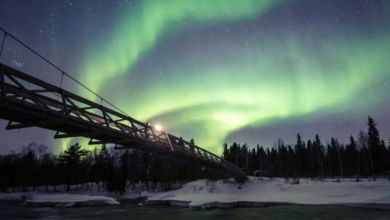 الشفق القطبي يظهر في السماء حيث يتفاعل المجال المغناطيسي لكوكبنا مع الجسيمات المشحونة من الشمس