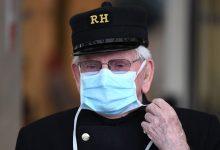 أحد قدامى المحاربين وهو يرتدي قبعة تشلسي بمستشفى رويال، وفي معدات حماية شخصية (PPE) لقناع وجه، كإجراء احترازي ضد COVID-19، يقف خارج مستشفى تشيلسي وستمنستر في لندن في 28 أبريل/نيسان 2020، قبل دقيقة من الصمت تكريمًا للعمال الرئيسيين في المملكة المتحدة، بما في ذلك موظفي NHS البريطانيين موظفو (الخدمات الصحية الوطنية)، العاملون في مجال الصحة والرعاية الاجتماعية، الذين توفوا أثناء تفشي فيروس التاجي. وفي 27 نيسان/ابريل، ارتفعت حصيلة القتلى في صفوف الجنود البريطانيين بعد اجراء اختبارات ايجابية على المركز 19-COVID في المستشفى إلى 21,092. ويشمل هذا الرقم 82 موظفا من دائرة الصحة الوطنية و60 من موظفى الرعاية الاجتماعية وفقا لما ذكره الوزير مات هانكوك . / أ ف ب