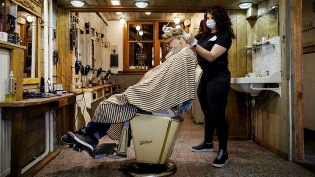 مصففو الشعر ومقلمو الأظافر والعاملون في التجميل والتدليك والعلاج الطبيعي بدأوا العمل في هولندا